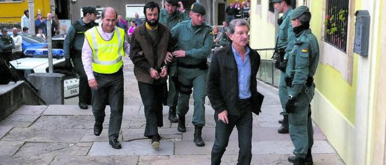 """Tomás Rodríguez, """"Tomasín"""", rodeado de guardias civiles, entra en el Juzgado de Tineo entre aplausos de los vecinos.   Pepe Rodríguez"""