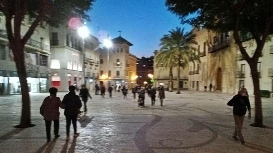 El equipo de gobierno quiere que se potencie la iluminación en la nueva Plaça de Baix. | ANTONIO AMORÓS