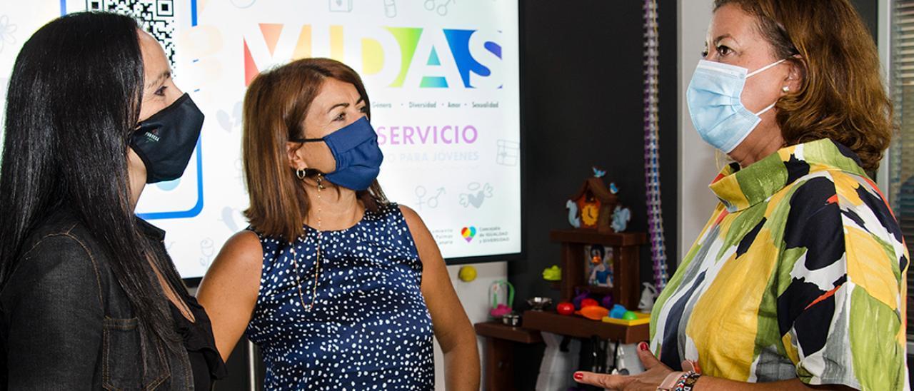 La concejala Mari Carmen Reyes conversa con las educadoras sociales Davinia Marrero y Leticia Armas