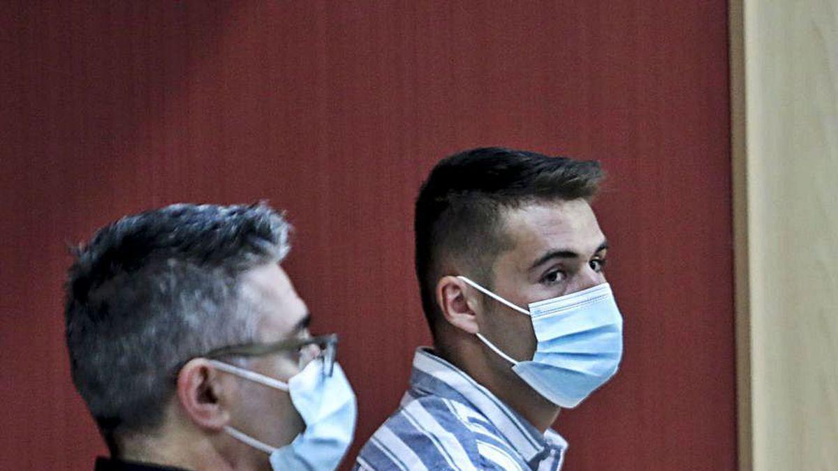 Brayan Tuero, esposado, siguiendo la tercera sesión del juicio.