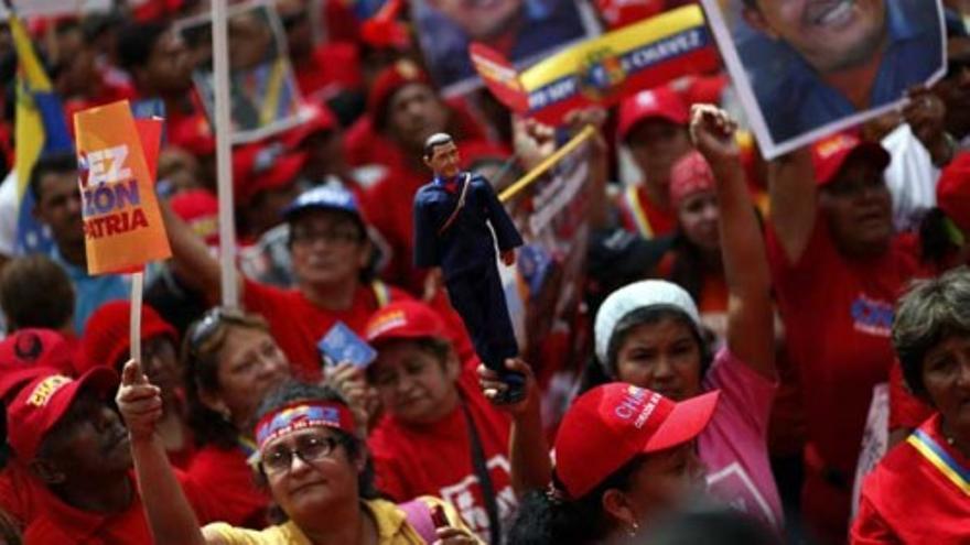 Miles de personas apoyan en las calles a Hugo Chávez