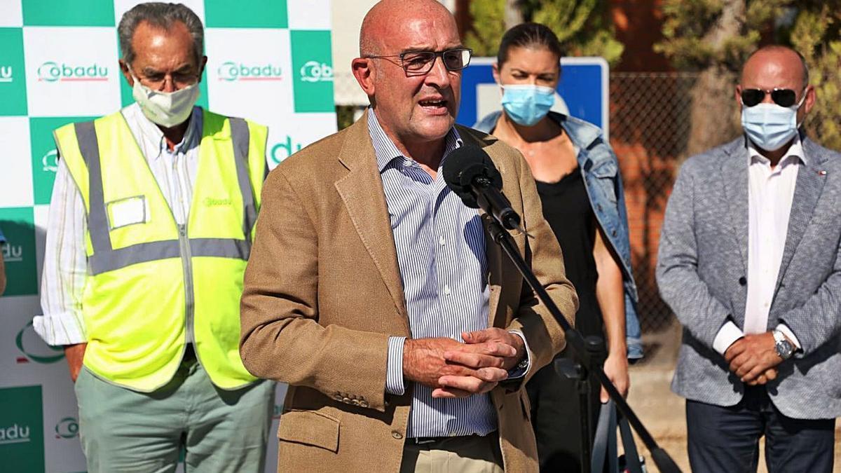 Jesús Julio Carnero comparece durante su visita a Cobadu. Tras él, Sánchez Olea, San Damián y Barrios.   Nico Rodríguez
