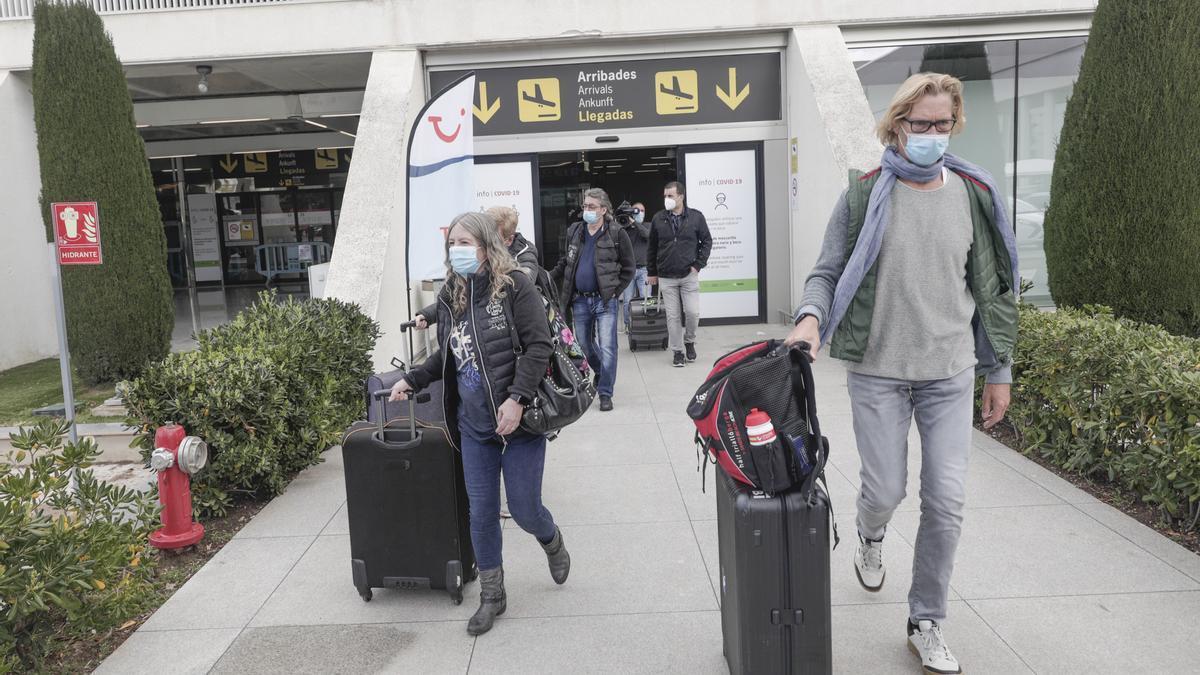 Turistas alemanes llegan al aeropuerto de Palma para pasar las vacaciones de Semana Santa en Mallorca