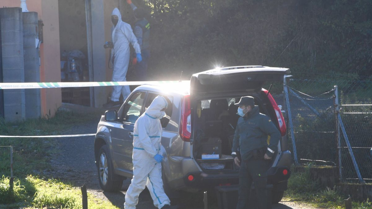 Agentes de la Guardia Civil, esta mañana, inspeccionan el lugar del homicidio.