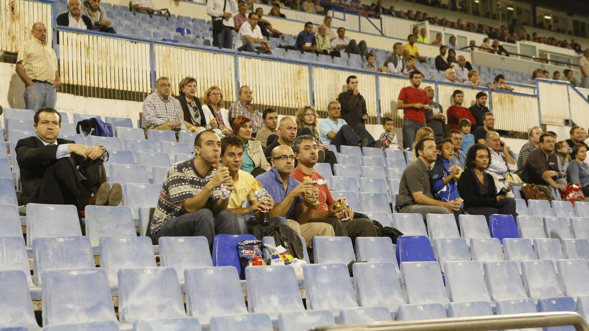 Imagen de La Romareda en un amistoso del Real Zaragoza con público en las gradas.