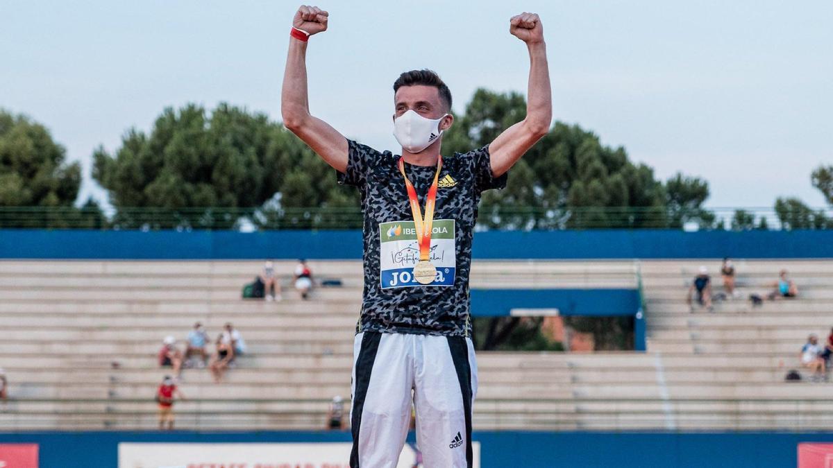 Carlos Mayo, muy feliz en el podio con el oro.