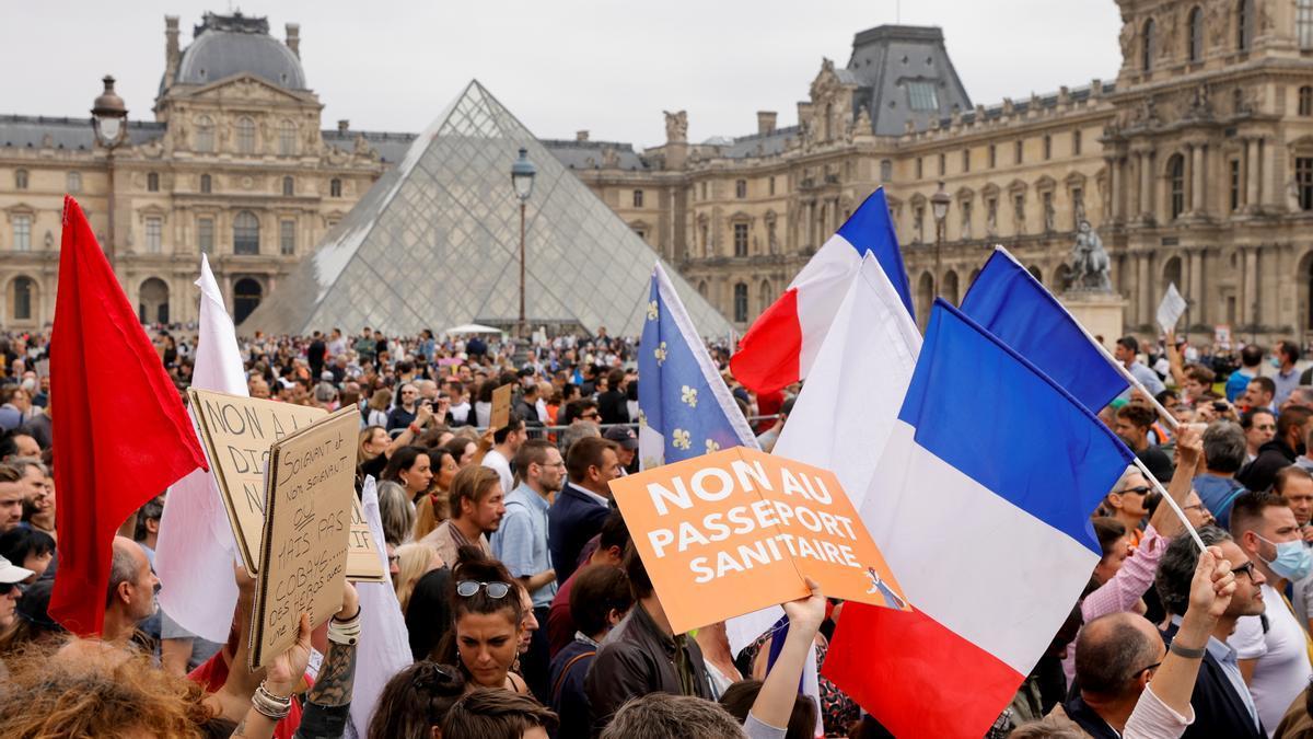 Manifestaciones en París contra la implantación del pasaporte covid.