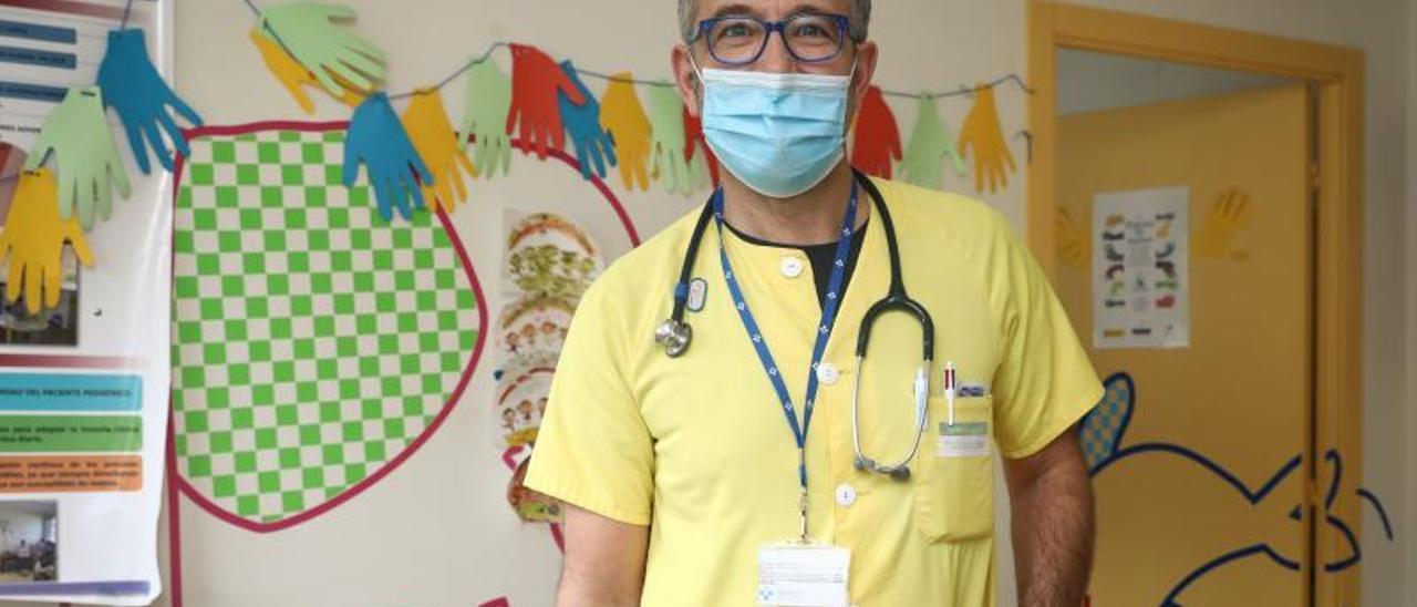 Marcelino García-Noriega, en el servicio de Pediatría del Hospital Valle del Nalón.   Juan Plaza