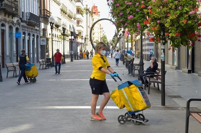 04-05-2020 LAS PALMAS DE GRAN CANARIA. Trabajadores de Correos en la calle Triana. Fotógrafo: Andrés Cruz    04/05/2020   Fotógrafo: Andrés Cruz