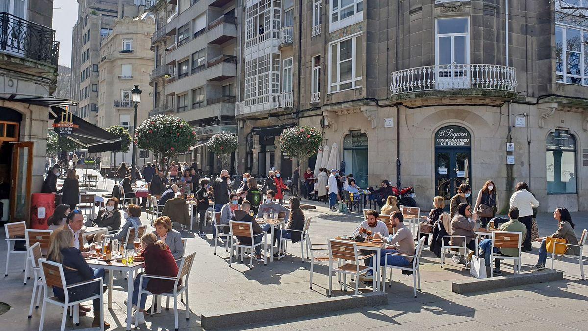Terrazas en la plaza de Compostela de Vigo esta misma mañana.