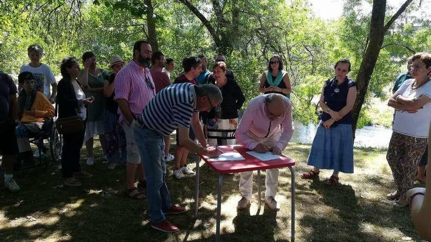 Agolada, Santiso, Melide y Toques recogen firmas en repulsa de los vertidos en el Furelos