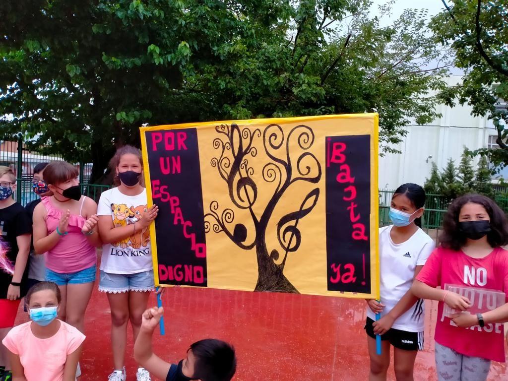 Los alumnos del CEIP Camón Aznar se manifiestan por el estado del entorno del centro