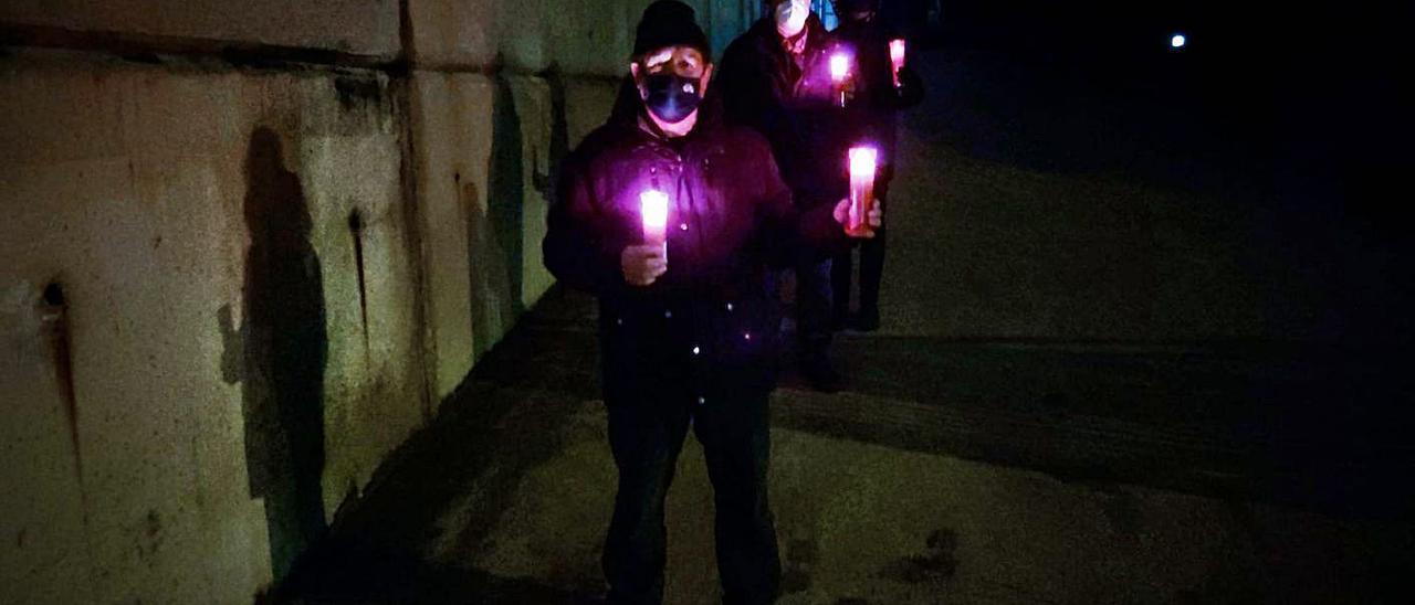 Los marineros, con velas para alumbrar el camino en el puerto pesquero de la villa llanisca. | Eva San Román