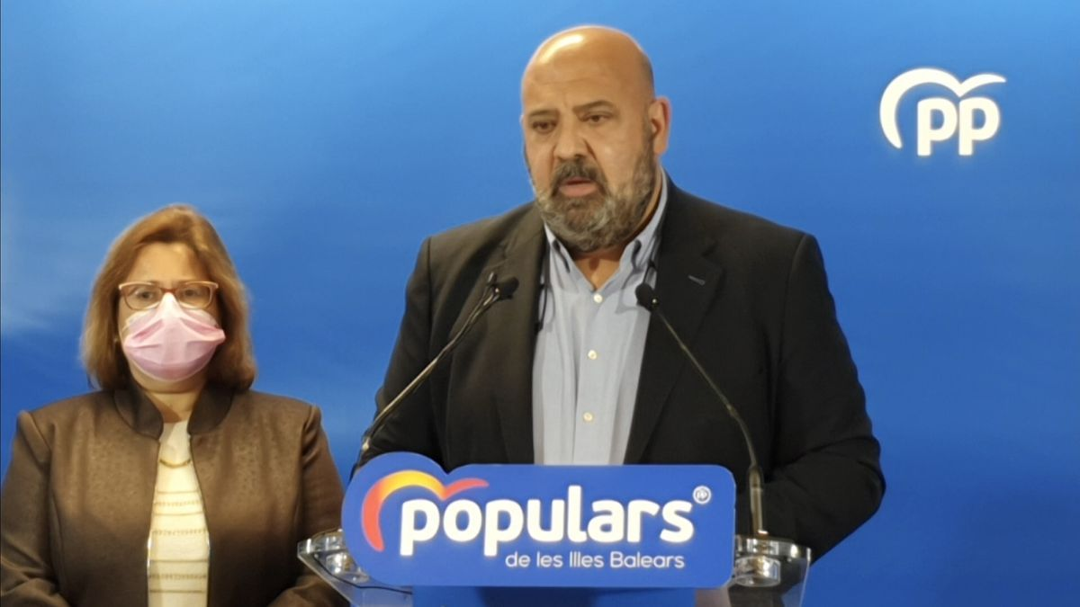El presidente de la junta territorial del PP de Palma, Jaime Martínez, junto con la portavoz de este partido en Cort, Mercedes Celeste