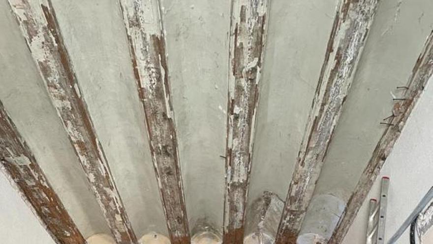 Sueca elimina las termitas de las vigas que sostienen el salón de plenos