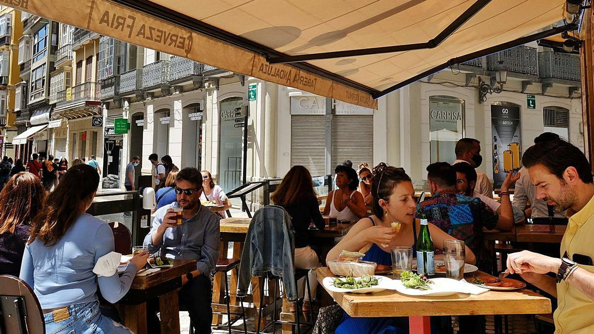 Los bares y restaurantes podrán abrir hasta la medianoche