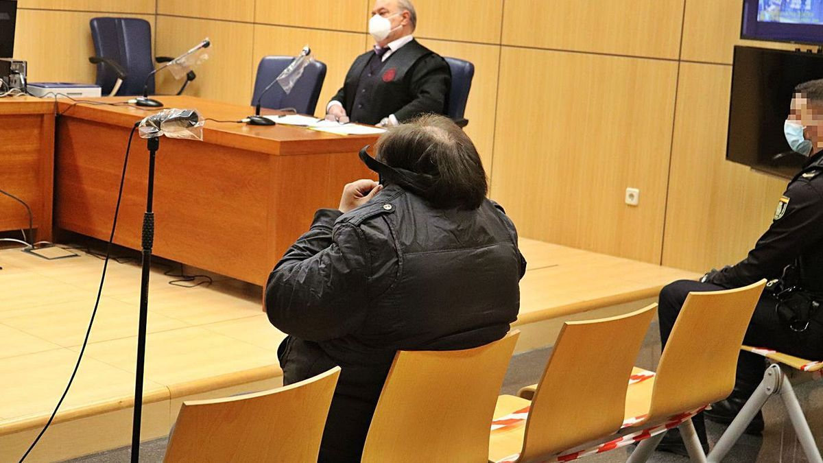 El acusado de violar a una anciana en Alginet en 2009, ayer, se esconde para ocultar su rostro en el juicio.   I. CABANES