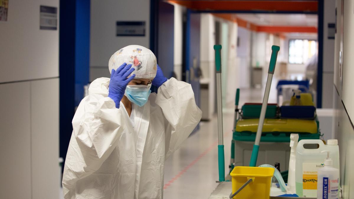 Una sanitaria en la planta covid del Hospital Can Misses