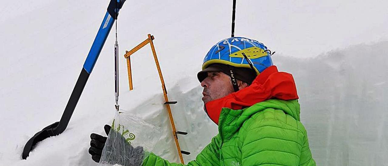 Alberto Mediavilla, realizando catas de nieve, en una imagen de  archivo.