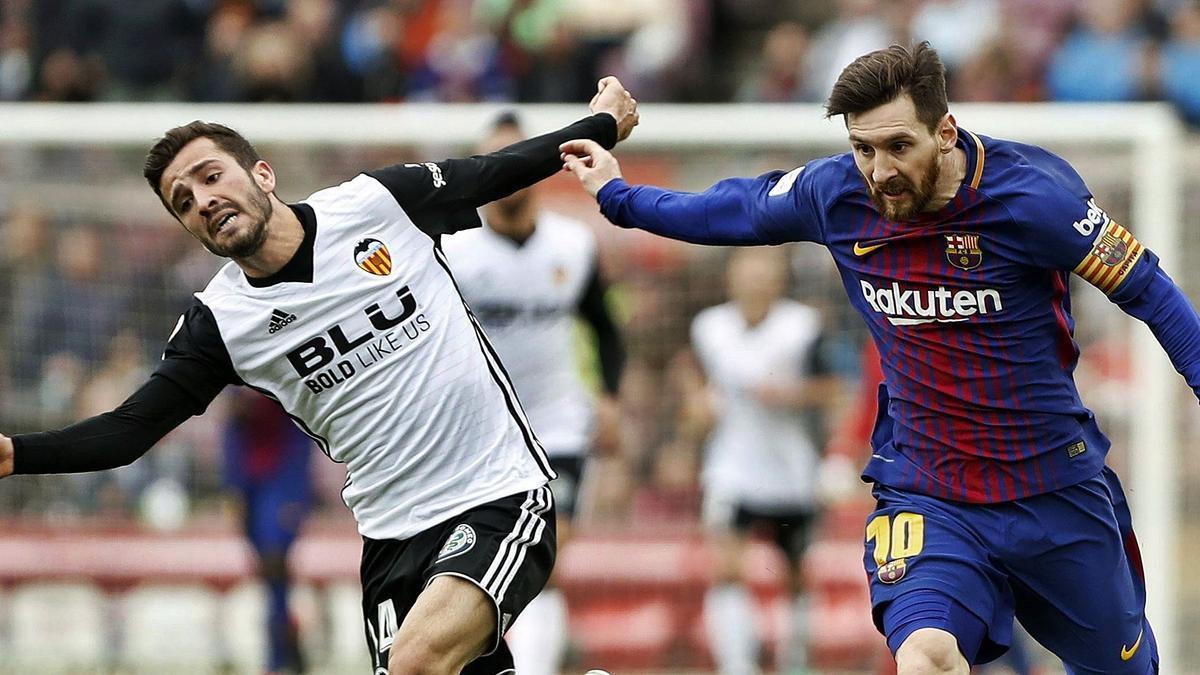 Gayà y Messi, en un duelo Barça-Valencia de 2018 .  efe/andreu dalmau