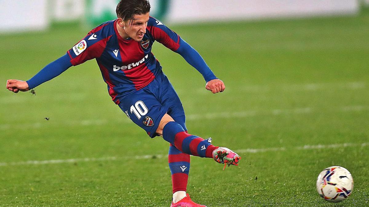 El futbolista macedonio dando un pase con el Levante. | SD