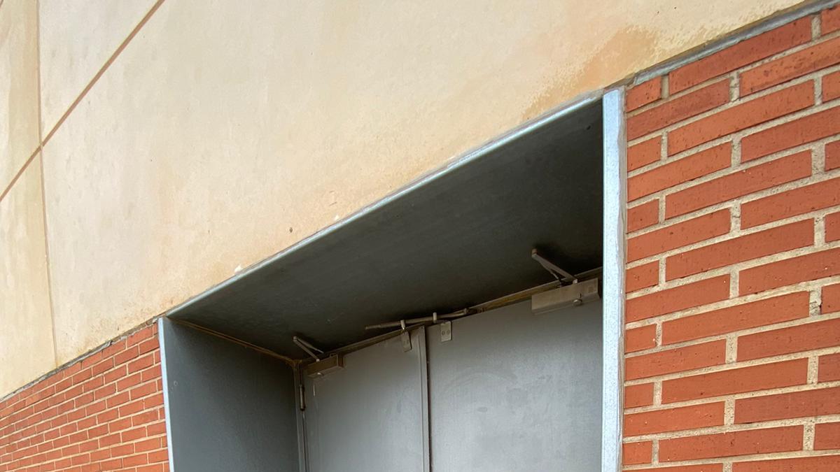 Puerta trasera del pabellón, por donde presuntamente escaparon los inmigrantes.