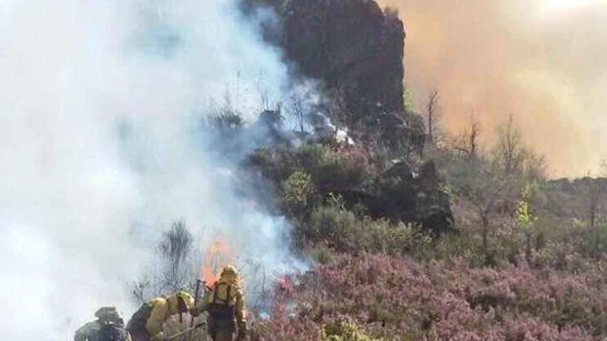 Los fuegos en Ourense devoran casi 700 hectáreas de monte en tan solo 15 días