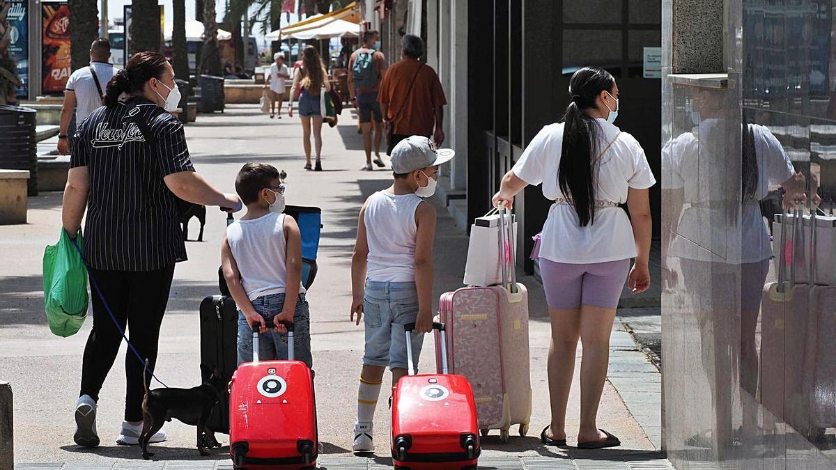 Turistes estrangers amb maletes al centre de  Lloret de Mar. | PERE DURAN
