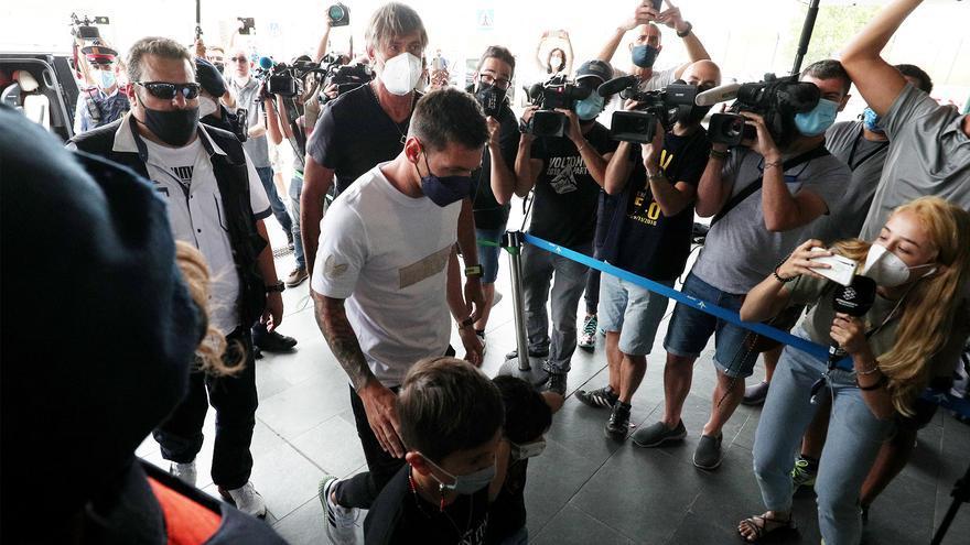 Messi se va de Barcelona. Mientras, en París, cientos de fans se congregan frente al aeropuerto
