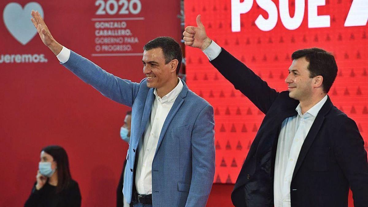 Sánchez, en el centro, y Gonzalo Caballero, ayer en el mitin celebrado en A Coruña.