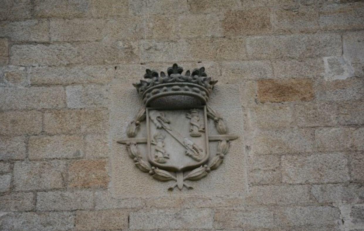 Escudo del ducado de Franco en la fachada.jpg