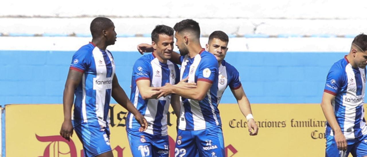 Jugadores del Avilés celebran un gol