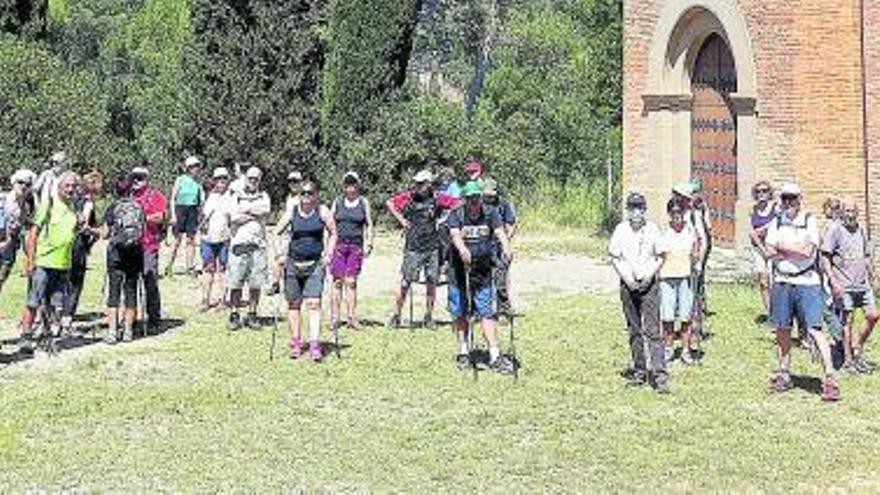 Una cinquantena de caminaires del Centre Excursionista Comarca de Bages visita la necròpolis de Pertegàs