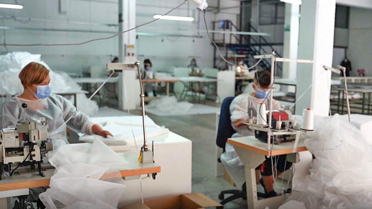 Fabricación de mascarillas en una empresa textil el pasado noviembre.   LEVANTE-EMV
