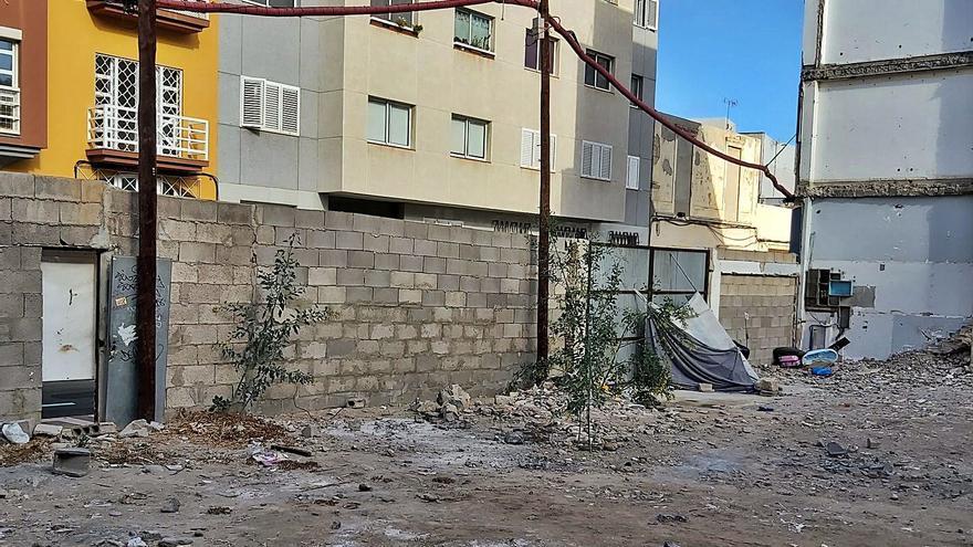 Los vecinos denuncian el tráfico de droga en un solar municipal de Arenales