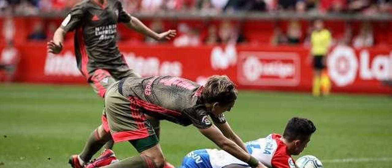 Manu García, en la acción en la que reclamó penalti ante el Mirandés.