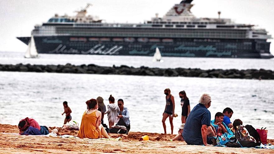 Canarias, refugio de cruceros a la espera de que escampe