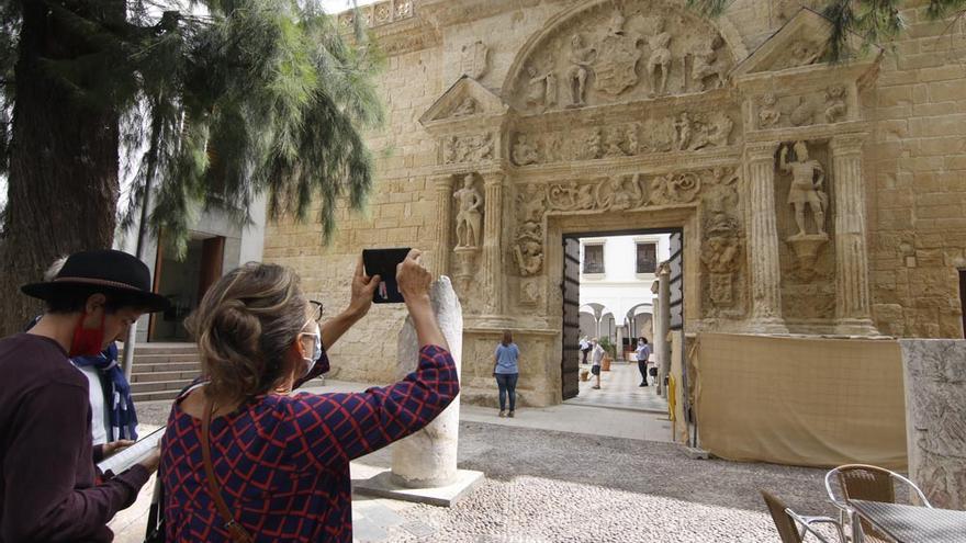 La fachada del Museo Arqueológico recupera su esplendor