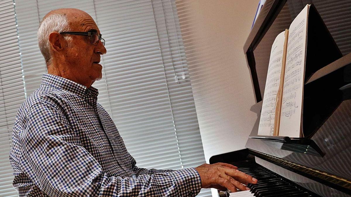 El maestro Miguel Manzano, tocando el piano.