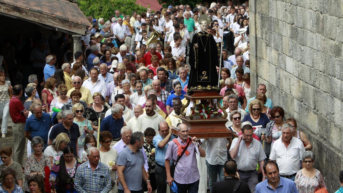 Devotos en una procesión de San Benito alrededor de la iglesia. // FDV