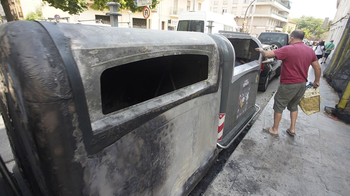 Un dels contenidors cremats ahir al carrer Major de Salt
