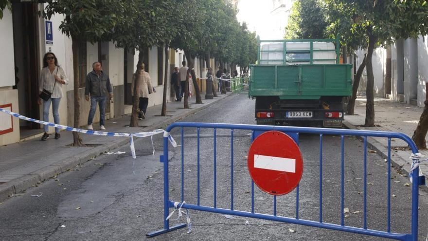 La calle San Fernando estará varios días más cortada al tráfico tras el derrumbe