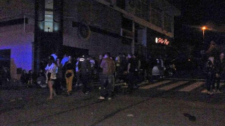 Policía y Guardia Civil desalojaron ayer a mil personas de las calles de la movida canguesa