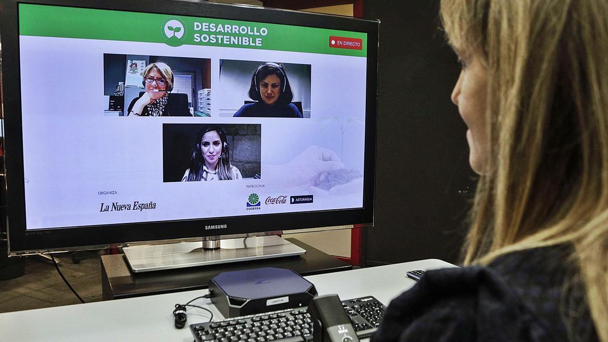 Elena Fernández (Cogersa), Beatriz Arribas (Coca-Cola) y Leticia Rodríguez (Asturagua), en la pantalla, durante el debate.   Julián Rus