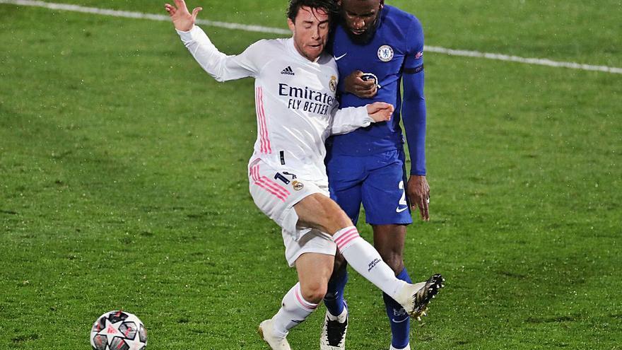 Benzema mantiene con vida al Madrid