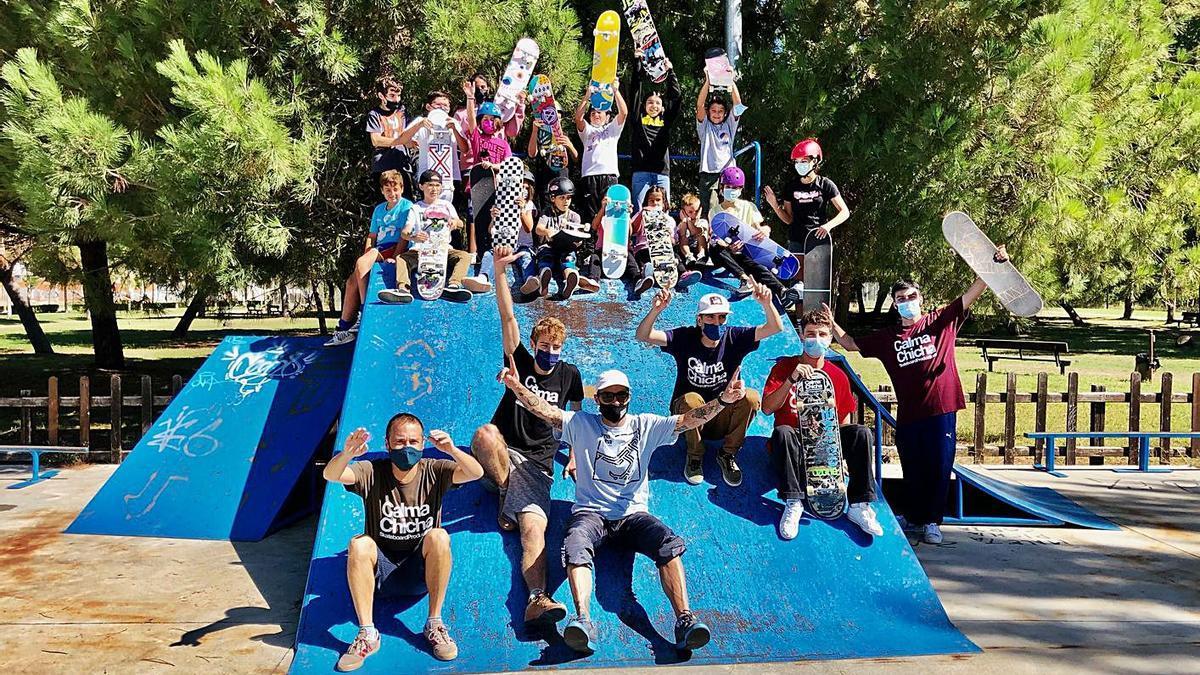 Monitores y alumnos de todas las edades posan sobre una de las rampas del skate park de La Aldehuela.