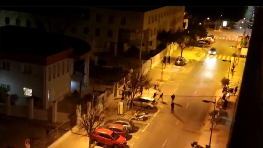 Cincuenta jóvenes atacan con piedras el retén policial tras disolver un botellón en Mislata