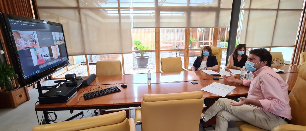 El alcalde, durante la reunión telemática con los representantes de la Conselleria de Educación