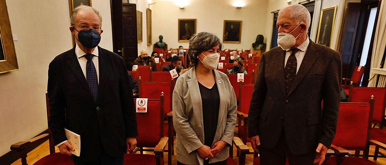 Por la izquierda, Leopoldo Tolivar, Sonia Puente y Ramón Rodríguez, director del RIDEA, ayer, en la sede de la institución, con el libro coordinado por Javier Junceda en primer término. | Luisma Murias