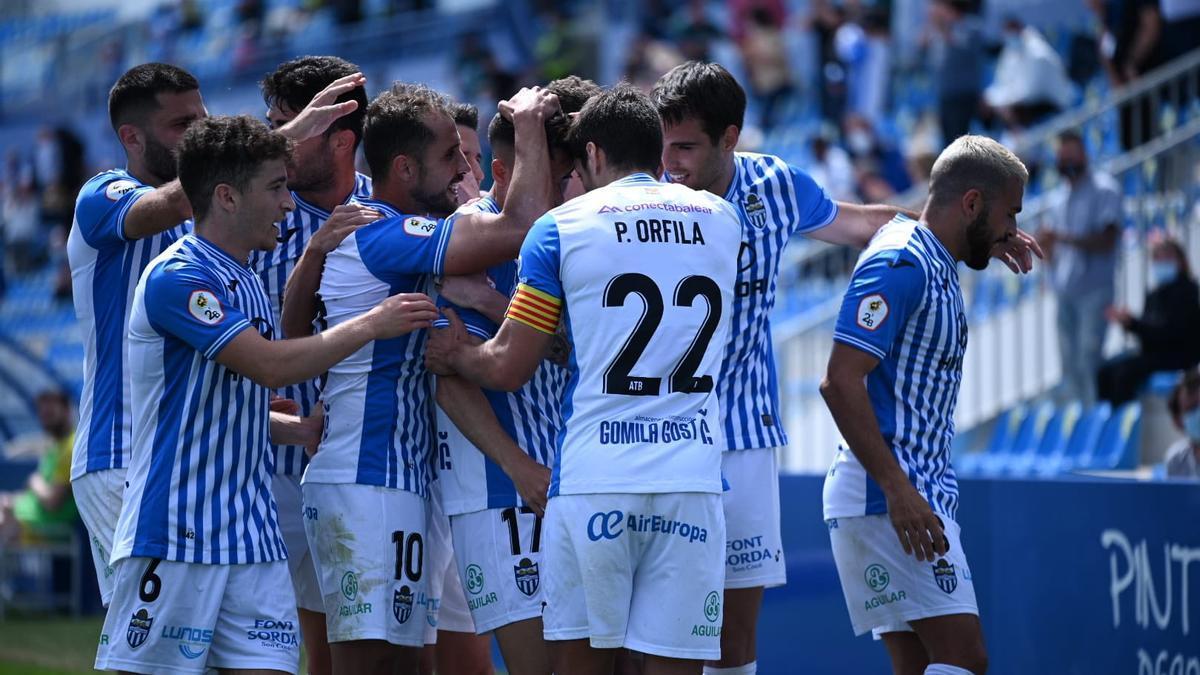 Los jugadores del Baleares felicitan a Alberto Gil, tras la consecución del gol de la victoria.